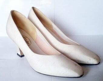 Bridal silk white pumps // 1980 shoes // Silk shoes // bridal shoes // size 8