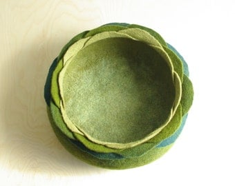 Cat bed/cat house/cat cave/green flower felted cat bed