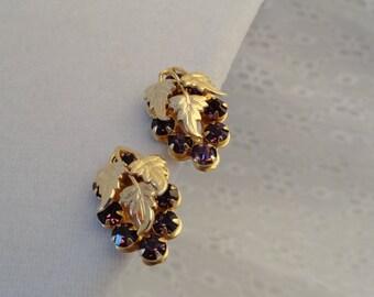 Vintage Grape Cluster Earrings Amethyst Rhinestones Rich Gold Tone Screwbacks Screw On Purple Stones Fruit Jewelry Wine Lover Gift