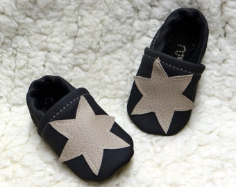Small put on baby in nubuck black imitation leather and motives stars, customizable size.