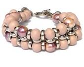 Armband mit rosa Glasperlen und lachsrosa Holzperlen. Handgefertigte Armreif, silberfarbige Jasseronkette, silberfarbig Verschlüß (Spotorno)
