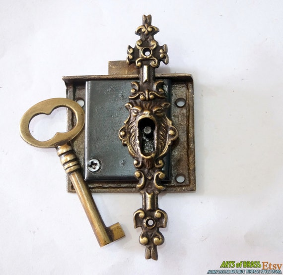 set vintage key lock and skeleton key with lion mouth