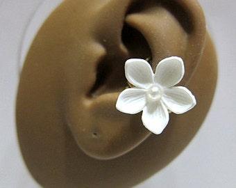 Flower Ear Cuff, White Ear Cuff, Flower Earcuff, Nature Ear Cuff, Nature Earcuff, Floral Cuff Earring, Bridal Ear Cuff, Bridal Cuff Earring
