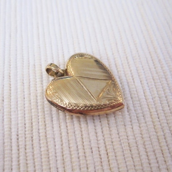 VINTAGE Art Deco 10K Solid Yellow Gold Heart-Shaped Locket with Engraved Linear Motif by Esemco