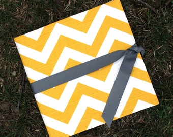 Yellow Chevron: Simple, Easy, and Modern Baby Book / Calendar