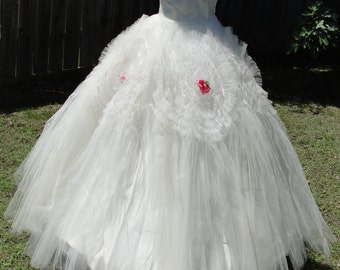 Vintage 1950s tulle wedding gown prom dress with side metal zipper and full circle skirt strapless sweetheart boned bodice small size 3-5