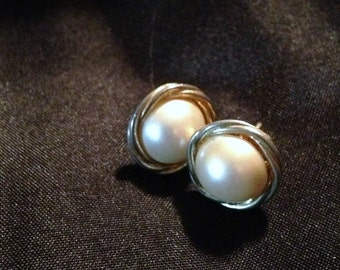 Nice Pair of Vintage Pierced Earrings - Elegant Pearl & Gold