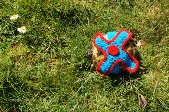 Tortoise or Turtle yard finder, M, Propeller -Tort crocheted turquoise and red, 5.5-6.5 inch shell length