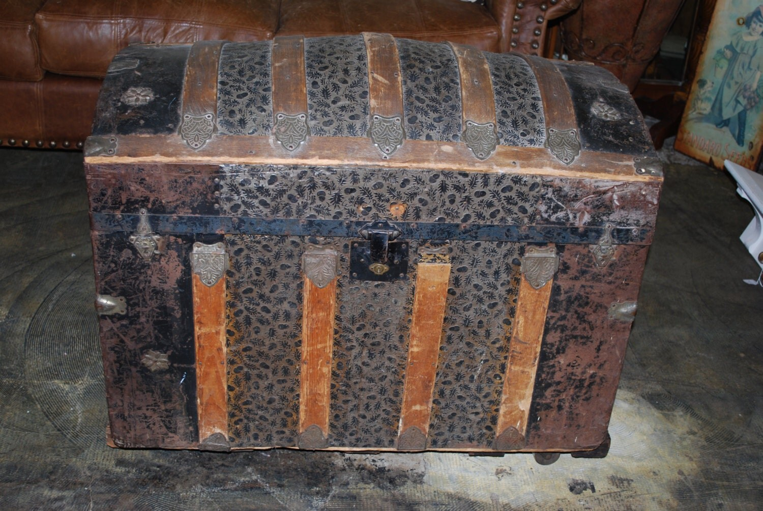 dating vintage trunks Antique trunks, also called traveling chests, were originally used as luggage for extended trips by stagecoach, train, or steamship today, given the weight limitations on airplanes and the new, lightweight wheeled luggage available, most people use these old trunks as furniture—chests for storing things like blankets, linens, papers, and other memorabilia.