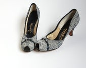 vintage 40s Peeptoe Pumps / Navy Blue Off White tweed fabric High Heel Shoes / Buckle detail / 1940s pumps / narrow sz 6 6.5  7