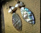 Shell earrings, Keishi pearls Handmade lampwork glass Copper wire - Assemblage in White