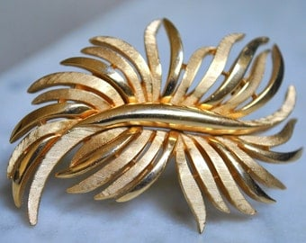 Stunning Crown Trifari Gold Leafy Brooch