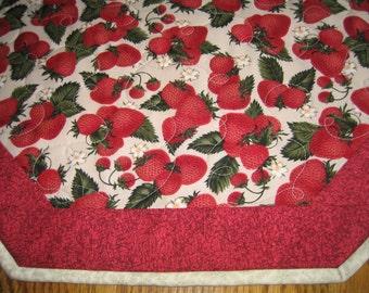 "Quilted Octagon Mat in Strawberries - 22"" diameter"