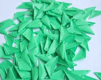 25 pcs  sequins.......Green color Triangle shape