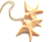 Light peach resin kissing and flying love birds pendant gold necklace