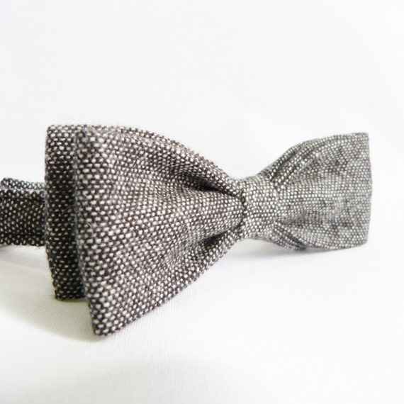 The Skinny Bow Tie This bow tie style speaks to your desire to have fun while still fulfilling your obligations to be formal. Often worn by the famous Rat Pack, the secret to successfully pulling off a skinny bow tie is how it looks compared to your lapel size and your head size.