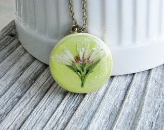Small White Daisy NecklacePressed Flower Necklace White Daisy on Green Wood Pendant Unique Jewelry Naturalist Gift Bridal Jewelry
