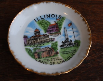 while on vacation  small round souvenir plate - State Plate - ILLINOIS - Retro - Kitsch