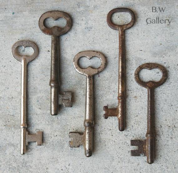 5 Vintage hardware rusty Collectible skeleton keys Lot set
