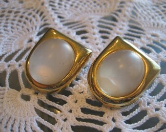 Vintage Castlecliff White Lucite Clip Earrings