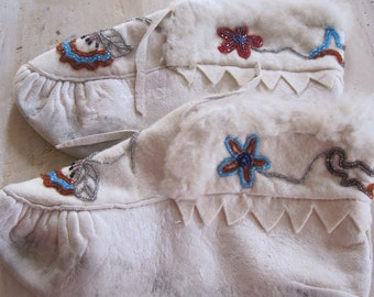 Leather Native American beaded size 8 moccasins