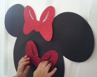 Pin the bow to Minnie mouse head game