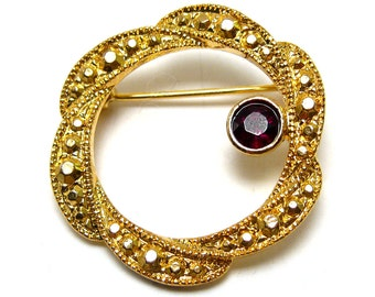 Round goldtone brooch, small vintage brooch, dark red Rhinestone, garnet red
