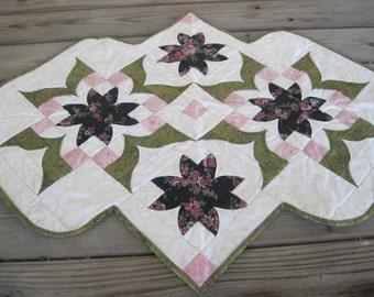 Peeled Back Star Pattern Floral Table Runner