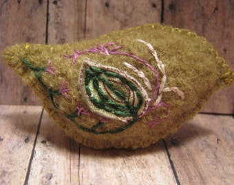 Needle felted, Embroidered, bird, woodland, brooch/pin
