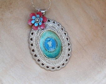 Portrait Flower Necklace medaillon Sky Blue floral Vintage enamel flower