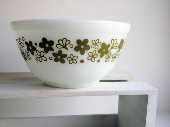 1 5 Quart Spring Blossom Green Pyrex Mixing Bowl 1 1 2 Liter