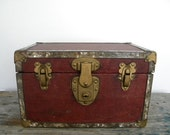 childs little antique trunk. - CubbiesRoom