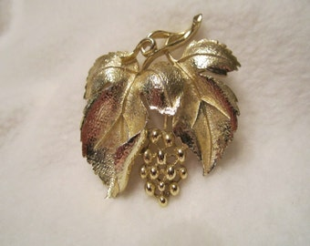 Lisner Vintage 1970's Gold Tone Grapes and Grape Leaves Brooch