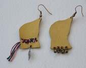 Freehand-made bird shaped leather earrings