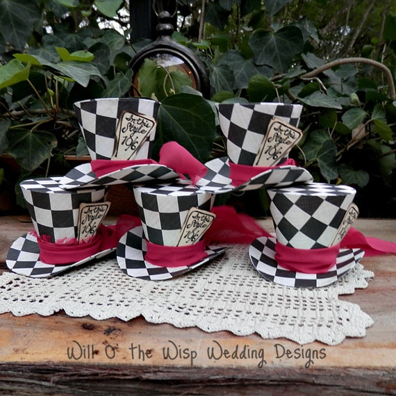 Top hats checkered alice in wonderland mad hatter party for Alice in wonderland decoration