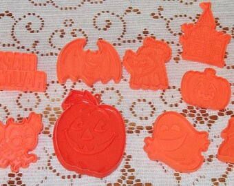 Closing Shop ! EVERYTHING ON SALE 12 Vintage  Plastic cookie cutters Halloween