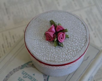 Small Round Cottage Chic Gift Box with Roses, No 2, 8cm x 4cm.
