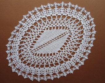 Oval crochet doily / white / lace