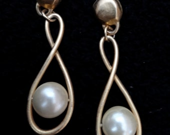 Vintage earrings pierced dangly figure eights infinity with large faux pearls