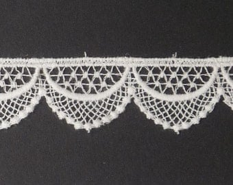 """Tudor Style Shallow Scallop Lace for Renaissance/Elizabethan Reenactment, 3/4"""" (19mm) - sold by the half yard"""