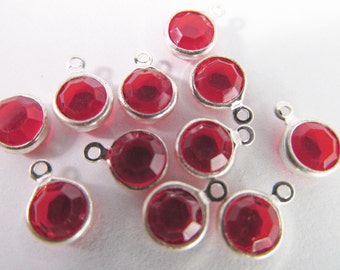 30 Vintage 8mm Light Ruby Red Round Faceted Silverplated Charms Pendants Drops Pd372