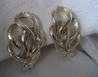 VINTAGE Pierced Gold Metal Sarah Coventry Costume Jewelry Clip Earrings
