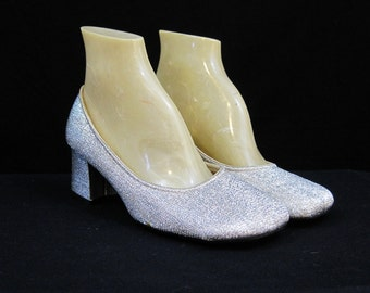 Vintage 60s Shoes Vintage Pumps MOD Silver Sparkly Lame Chunky Heel 6