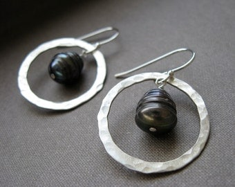 Small hammered Circle  with hanging pearl - Earrings