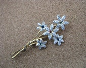 Lovely Gold tone vintage glittery flower pin brooch