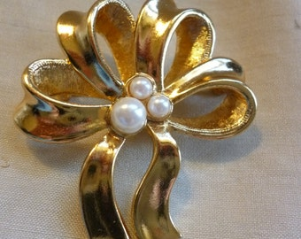 Vintage AVON Bow Brooch With Faux Pearls