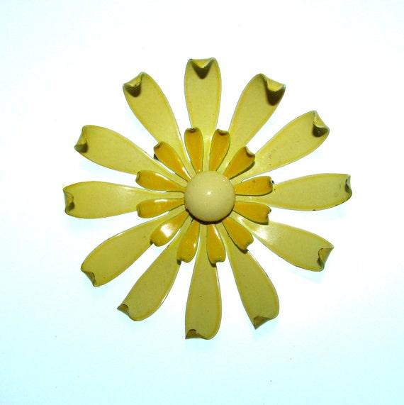 Vintage 60s Flower Brooch / Enamel Flower Brooch / Yellow Flower / Metal Flower Brooch / 60s Brooch / 1960s Brooch / Sixties Brooch