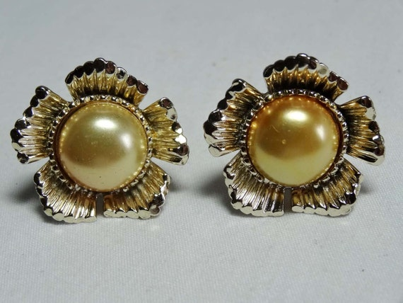 Faux Pearls Gold Plated Sun Flower Clip On Earrings 1950s Apparel & Accessories Jewelry Vintage Jewelry Earrings Clip On Earrings