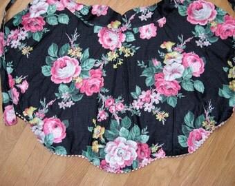 Vintage Apron / Pink n Black Floral Apron / Reversible Apron / Sweet Vintage Apron with Scalloped Hem