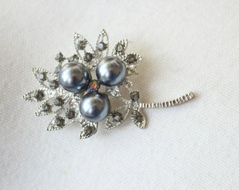 Adorable    brooch  with rhinestones and pearl  grey   color  1 piece listing